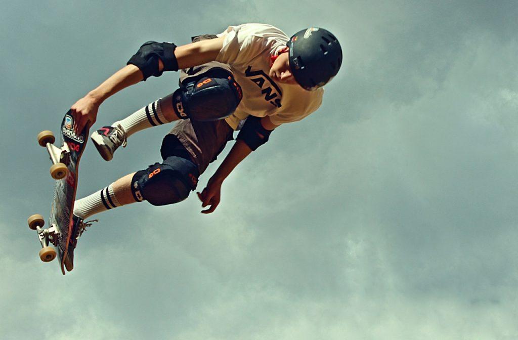 Sakteboarder in air
