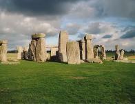 800px-Stonehenge_back_wide