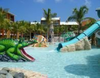 family_hotel_pool_548789913